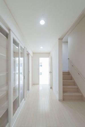 14.階段わきのスペースは据置の収納ゾーンに