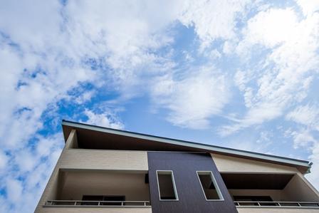 02.青空に映える片流れの屋根