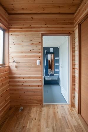 22.周囲のスペースに溶け込む浴室の入り口