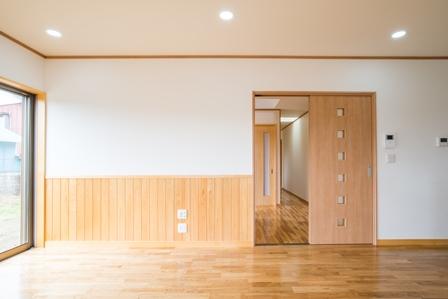 07.木材の自然な色と白い壁紙がナチュラルな雰囲気を出しています。