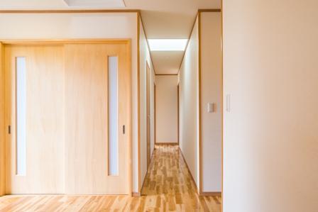 12.暗くなりがちな廊下ですがトップライトの効果により、明るく安全に移動できます。