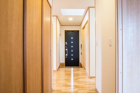13.職人を泣かせたライトウェル、しっかりと廊下に光が降り注いでます。