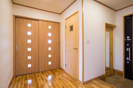 14.玄関ホールはシューズクロークとの境に扉があるため突然の来客があってもばっちりです。