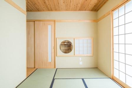 18.障子を開けると丸窓が出現します。玄関から見ると丸い障子に見えます。