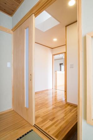 20.和室から玄関を望む