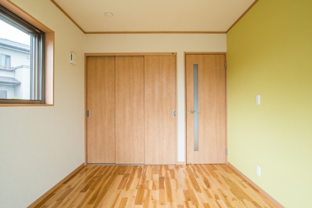 26.こちらはグリーンな壁紙です。色が違うと部屋の雰囲気も違いますね