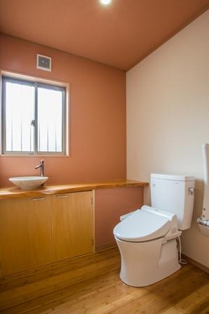 28.広いトイレには造り付のカウンターに手洗器を取付け便器の横にはアームレストを付けた豪華仕様となっています。