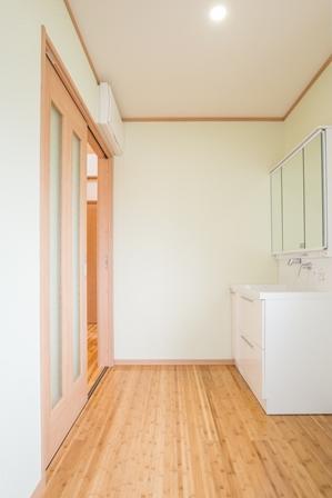 30.洗面脱衣室は衣類も収納できるスペースを確保しました。