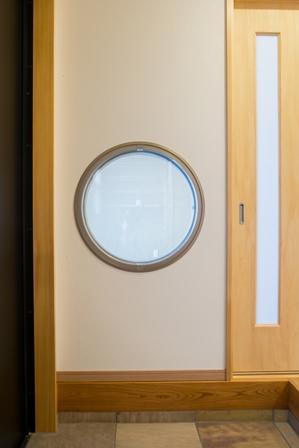 35.玄関から見た和室の丸窓です。