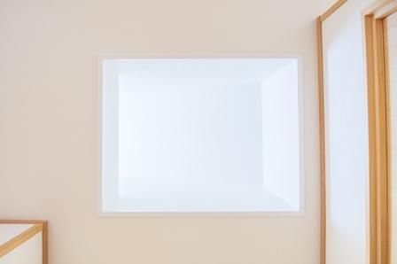 37.ライトウェルから差し込む光が廊下をしっかり照らしてくれます。