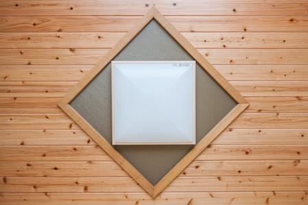 39.和室の天井です。板張りにして菱形の縁取りをして正方形の照明器具を配置しました。