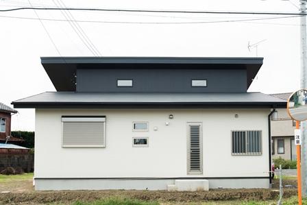 43.道路から見た段違いの屋根で、屋根上のFIX窓から廊下に光を送っています。