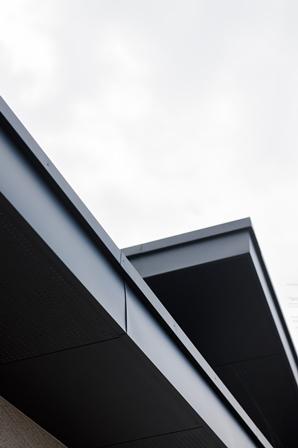 45.白い軒天が多い中、黒い軒天に挑戦してみました。外壁とマッチして良い感じです。