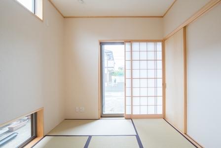 10.左側の壁には上部に明かりが取れる窓、下部には換気できる窓を配置しました。
