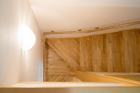45.階段室は集成材を用いた木材を使用しています。