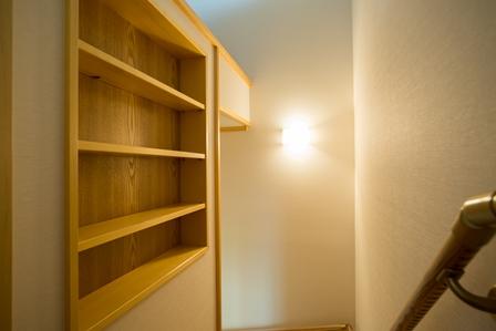 47.階段室の途中に本棚を造り付ました。